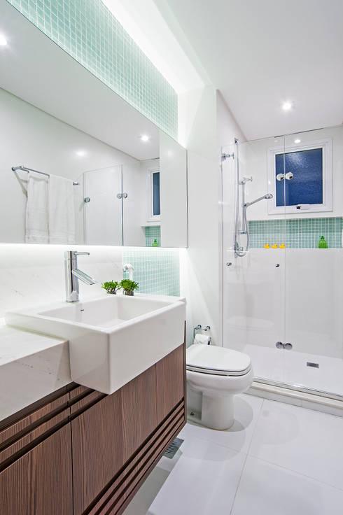 Banheiro da Menina: Banheiros modernos por Adriane Perotoni Arquitetura.Interiores
