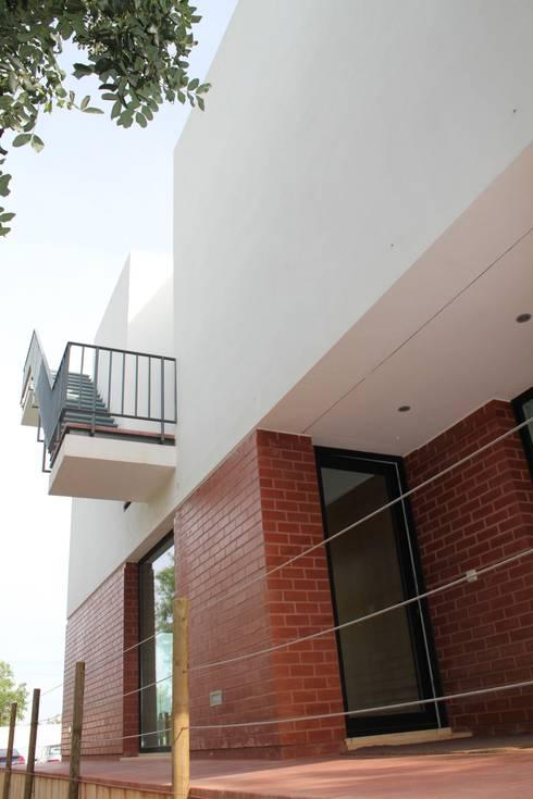 Moradia Almancil. Algarve. Portugal: Casas minimalistas por bkx arquitectos