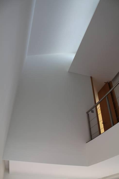 Moradia Almancil. Algarve. Portugal: Corredores e halls de entrada  por bkx arquitectos