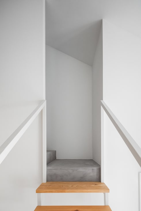 Casa DL: Corredores e halls de entrada  por URBAstudios