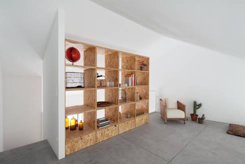 Casa DL: Salas de estar minimalistas por URBAstudios