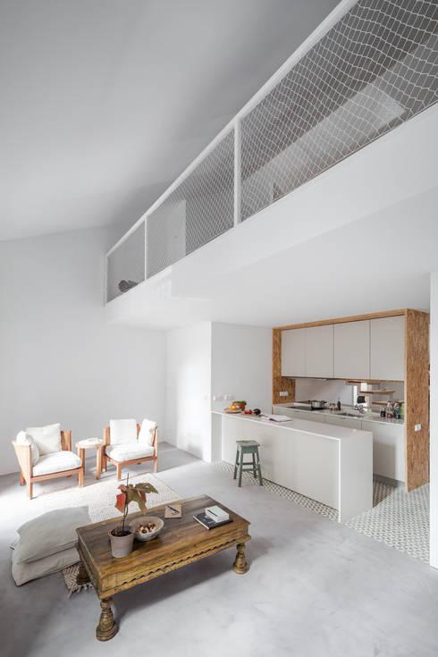 Casa DL: Cozinhas minimalistas por URBAstudios
