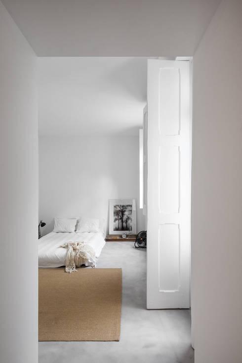 Casa DL: Quartos minimalistas por URBAstudios