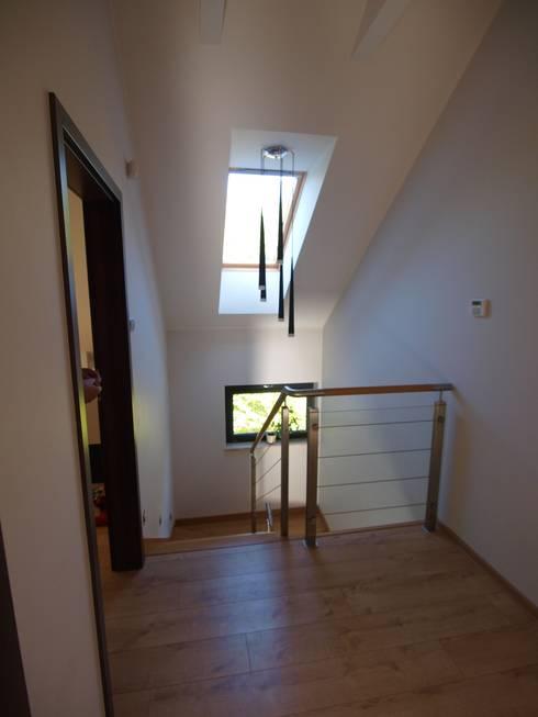 Dom Babidół: styl , w kategorii Korytarz, przedpokój zaprojektowany przez Pracownia Projektowa Wioleta Stanisławska