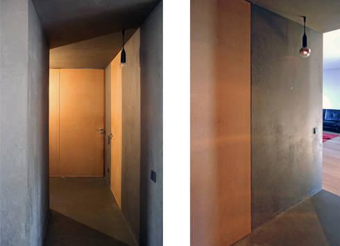 Apartamento BAC: Corredores e halls de entrada  por URBAstudios