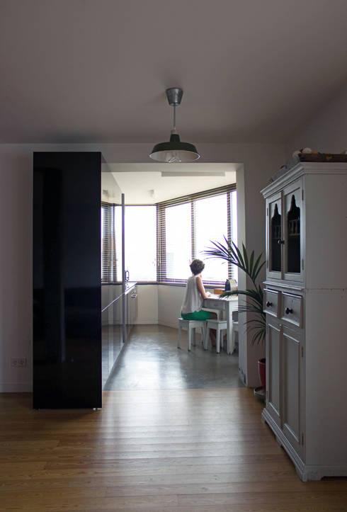 Apartamento BAC: Cozinhas  por URBAstudios