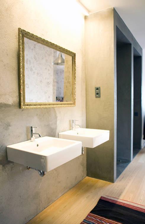 Apartamento BAC: Casas de banho  por URBAstudios