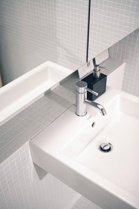 Apartamento BAC: Casas de banho modernas por URBAstudios