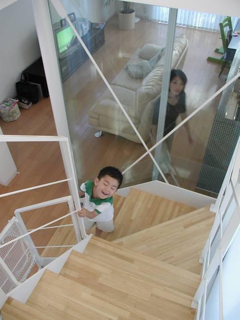 階段: Unico design一級建築士事務所が手掛けた廊下 & 玄関です。