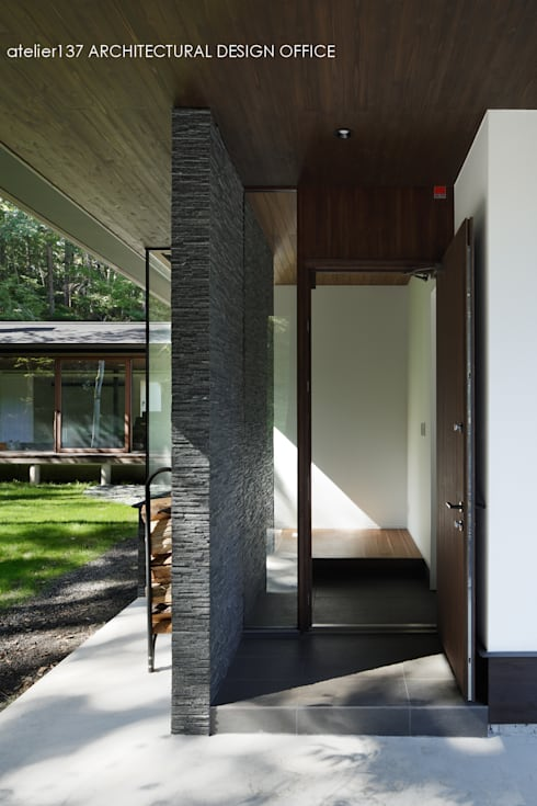 玄関ドア~037軽井沢 I さんの家: atelier137 ARCHITECTURAL DESIGN OFFICEが手掛けた玄関・廊下・階段です。