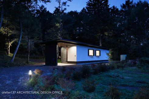 外観夕景~037軽井沢 I さんの家: atelier137 ARCHITECTURAL DESIGN OFFICEが手掛けた家です。