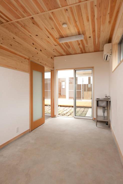 自然素材が息づく家: 有限会社 宮本建築アトリエが手掛けた和室です。