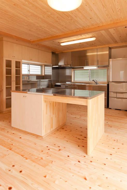 自然素材が息づく家: 有限会社 宮本建築アトリエが手掛けたキッチンです。