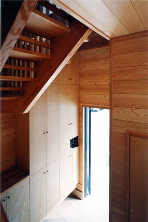 【玄関】 : 安達文宏建築設計事務所が手掛けた廊下 & 玄関です。