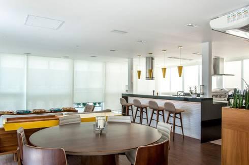 RESIDENCIA FAMILIAR SÃO CONRADO RJ: Salas de jantar modernas por AR Arquitetura & Interiores