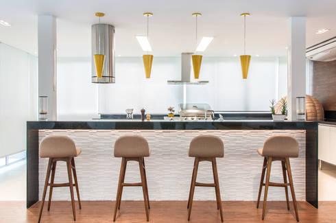 RESIDENCIA FAMILIAR SÃO CONRADO RJ: Cozinhas modernas por AR Arquitetura & Interiores