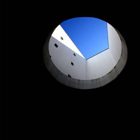 Casa Jairson: Casas minimalistas por ÔCO Ideias e Projectos de Arquitectura Lda