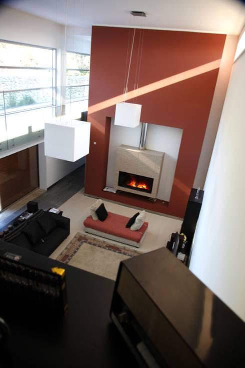 Casa Jairson: Salas de estar minimalistas por ÔCO Ideias e Projectos de Arquitectura Lda