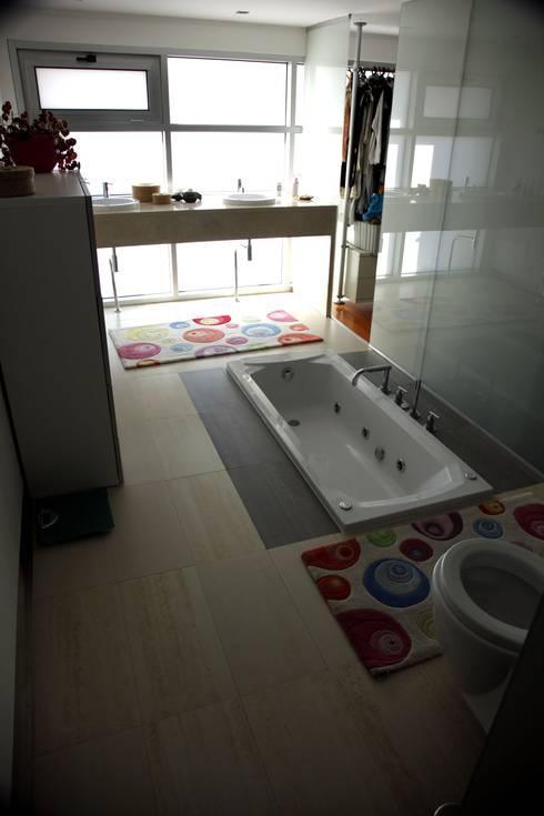 Casa Jairson: Casas de banho minimalistas por ÔCO Ideias e Projectos de Arquitectura Lda