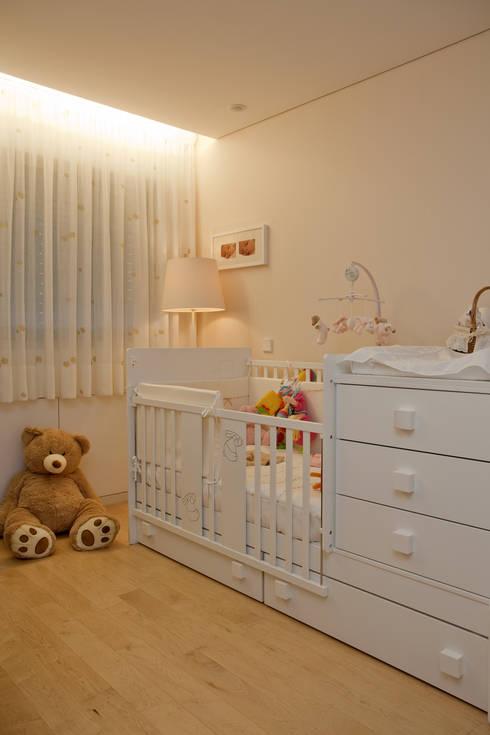 Decoração Apartamento Porto: Quarto de crianças  por Lendas e Detalhes, Lda