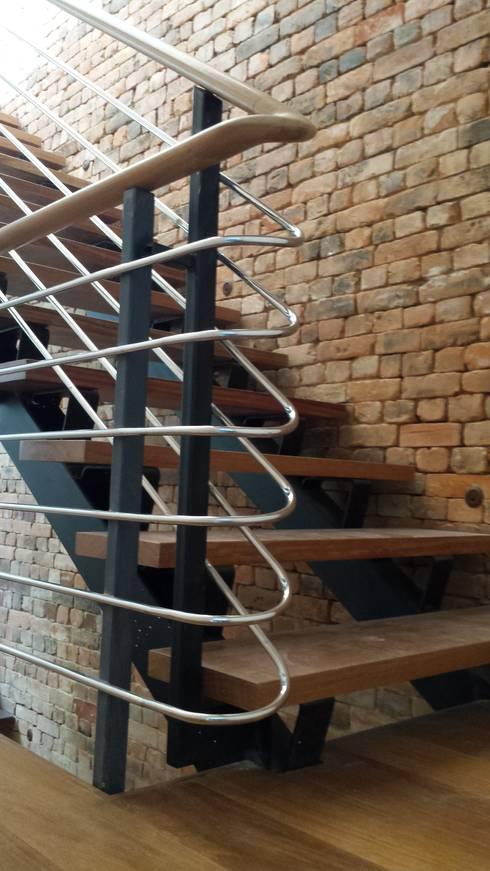 Detalhe do angulo de subida das escadas que levam aos três pavimentos da residencia,: Corredores e halls de entrada  por Oswaldo Magalhães Filho - PAAL