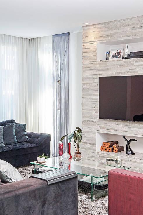 Media room by Patrícia Azoni Arquitetura + Arte & Design