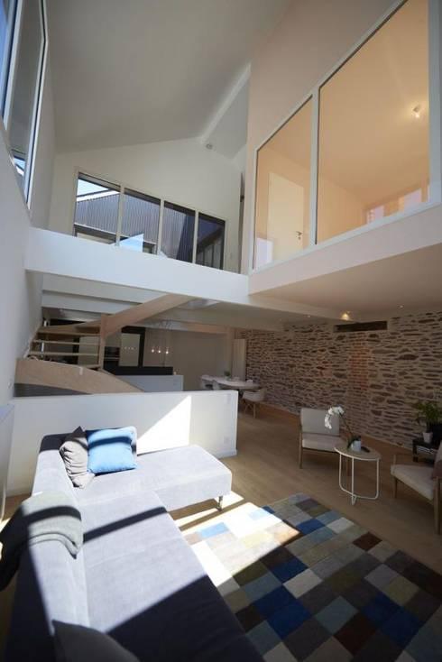 Deux Loft- extension: Salon de style  par phenome architectures