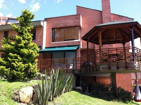 Gazzebo + Terrazas + Jardin B17 después de remoldeacion: Casas de estilo minimalista por Vertice Oficina de Arquitectura