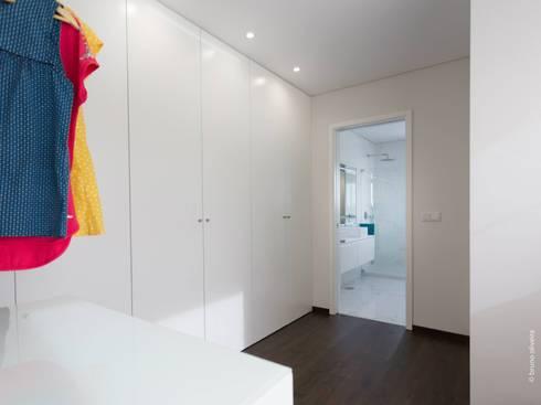 casa 116: Closets modernos por bo | bruno oliveira, arquitectura