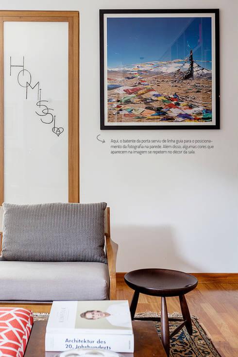 Paredes decoradas com fotografias.: Sala de estar  por Casa de Valentina