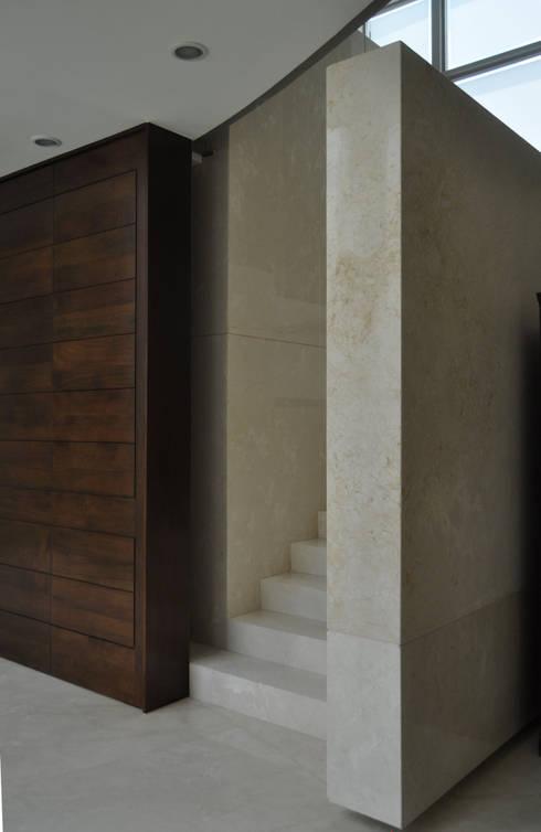 CASA AGULU: Pasillos y recibidores de estilo  por Vito Ascencio y Arquitectos