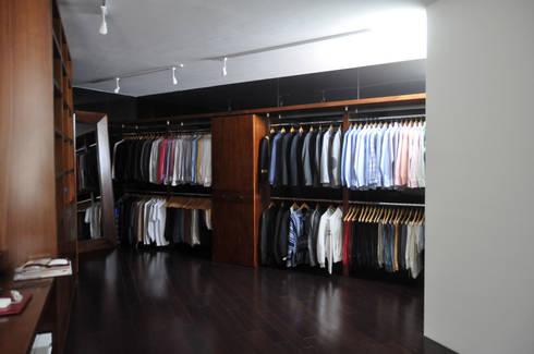 CASA AGULU: Vestidores y closets de estilo moderno por Vito Ascencio y Arquitectos