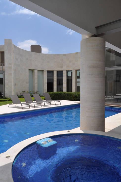 CASA AGULU: Albercas de estilo moderno por Vito Ascencio y Arquitectos