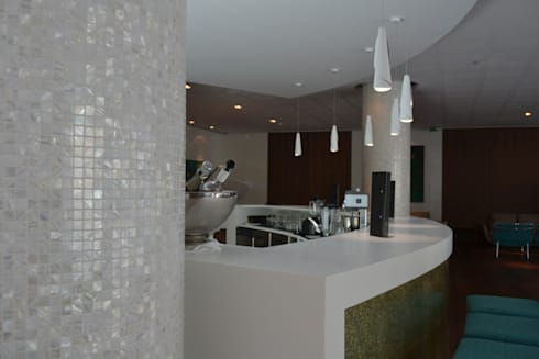 Bar com colunas em Aria PÉGASO: Bares e clubes  por Elements Mosaic