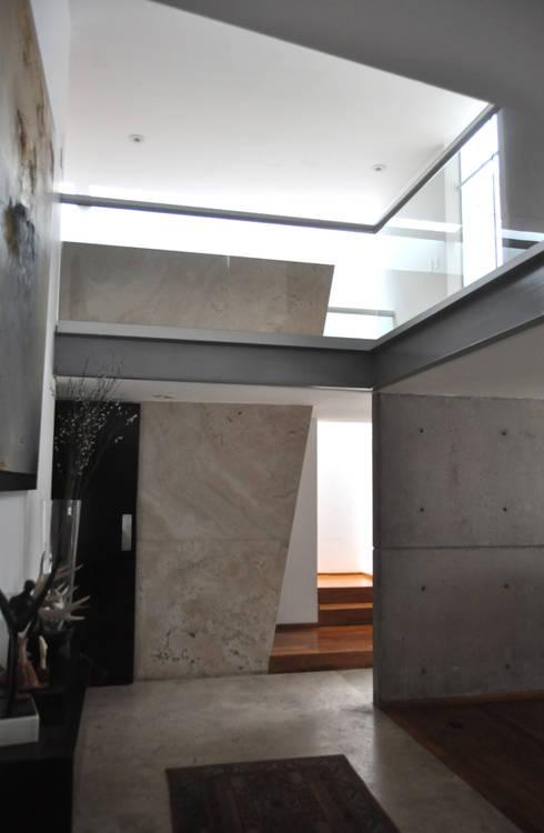 CASA FELIX: Pasillos y recibidores de estilo  por Vito Ascencio y Arquitectos