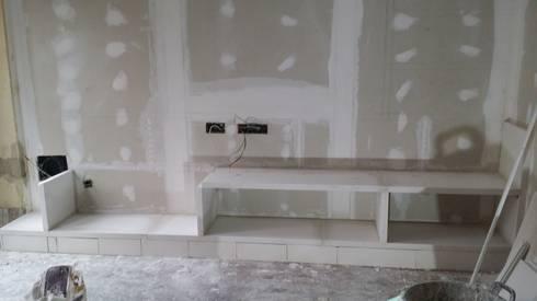 Mueble en salón con estanterias de escayola de Escayolas Colunga ...