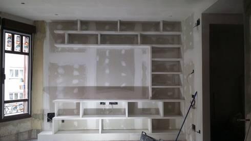 mueble en saln con estanterias de escayola - Muebles De Escayola