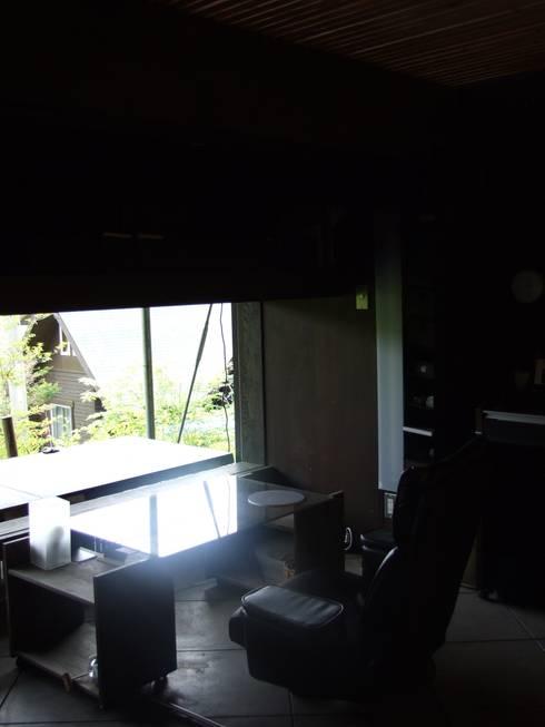ガラスのない開口部: 樋口善信建築計画事務所が手掛けた書斎です。