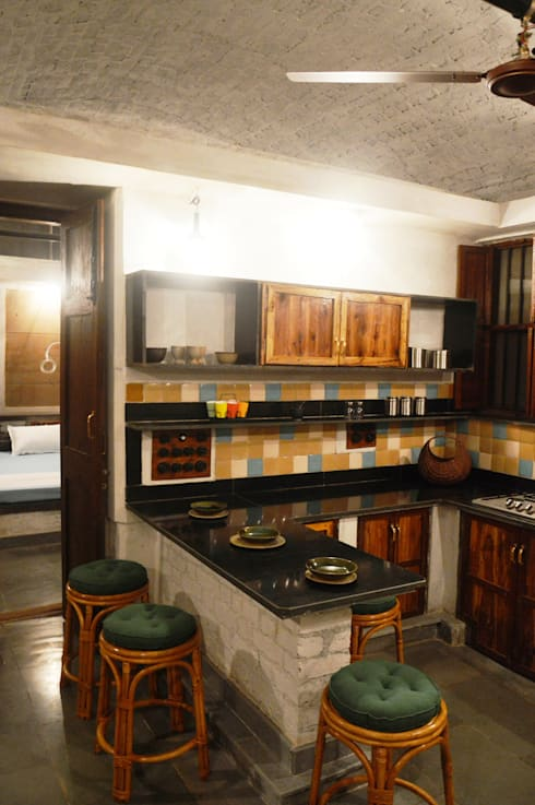 Bhatia Farm Residence:  Kitchen by The Vrindavan Project