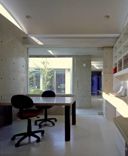 回廊コートの家: AMO設計事務所が手掛けたです。