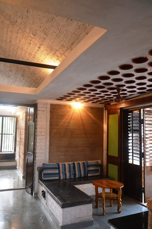 Bhatia Farm Residence:  Living room by The Vrindavan Project