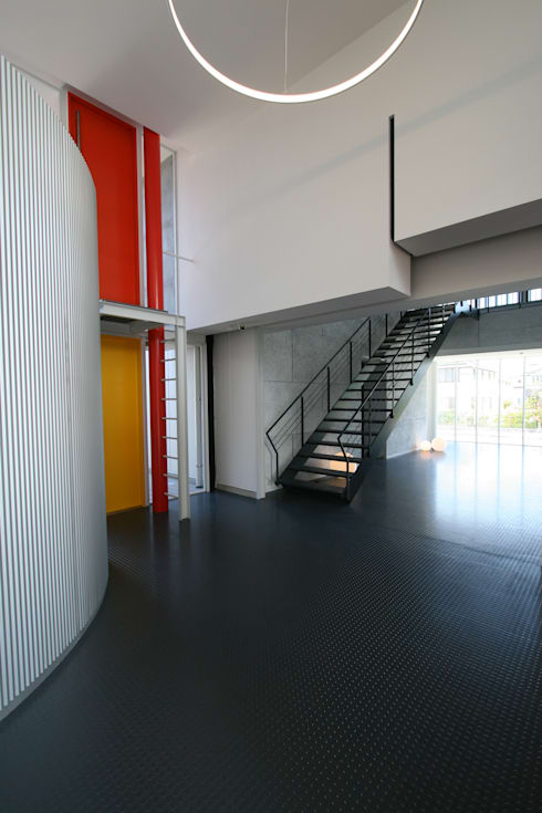 エントランスその2: 伊波一哉建築設計室が手掛けたオフィスビルです。