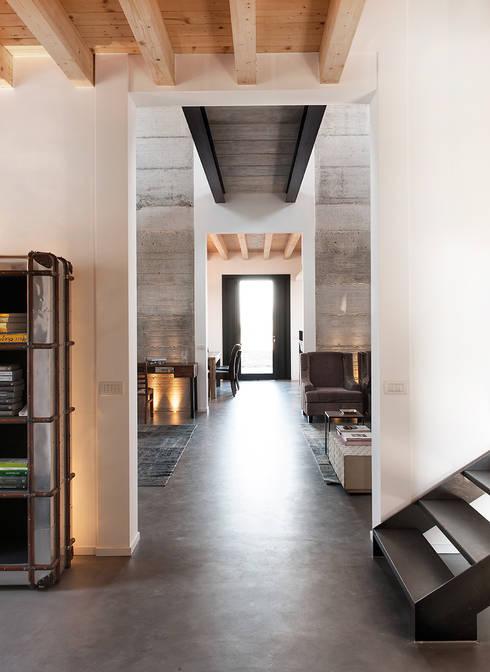 Villa di campagna: Ingresso & Corridoio in stile  di BRANDO concept