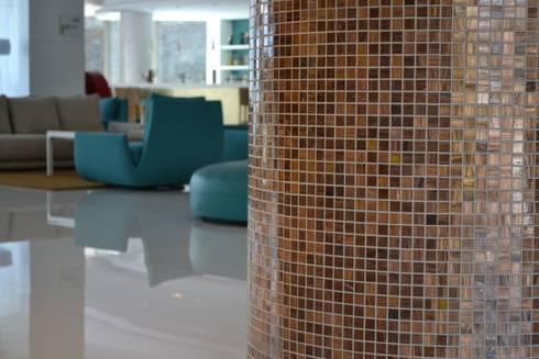 Lobby com colunas em Fuoco SANTA HELENA: Hotéis  por Elements Mosaic