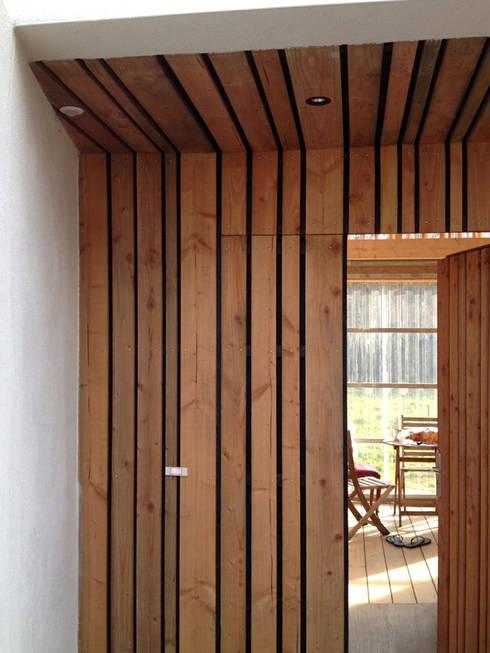 Mini/Maxi: Couloir et hall d'entrée de style  par LAUS architectes