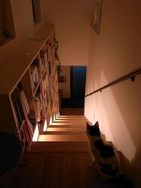 山の根の住宅: アーキグラフデザインが手掛けた廊下 & 玄関です。