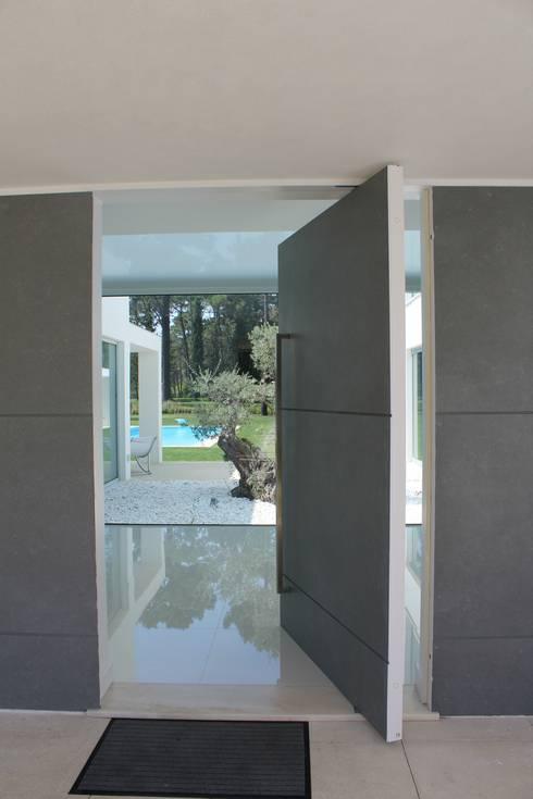 Projekty,  Korytarz, przedpokój zaprojektowane przez Miguel Ferreira Arquitectos