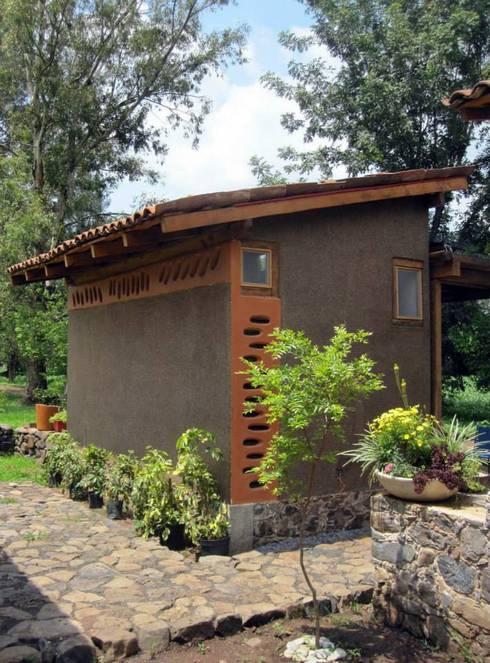 REFUGIO DE LAS MARIPOSAS: Casas de estilo rústico por MORO TALLER DE ARQUITECTURA