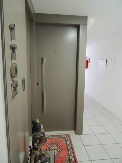 Um apartamento cheio de estilo: Janelas e portas  por CRAFT ARQUITETURA