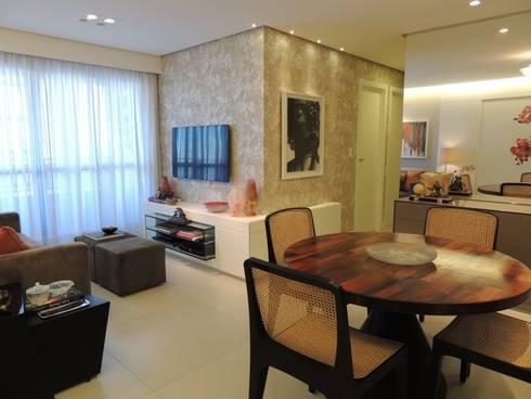 Um apartamento cheio de estilo: Sala de estar  por CRAFT ARQUITETURA